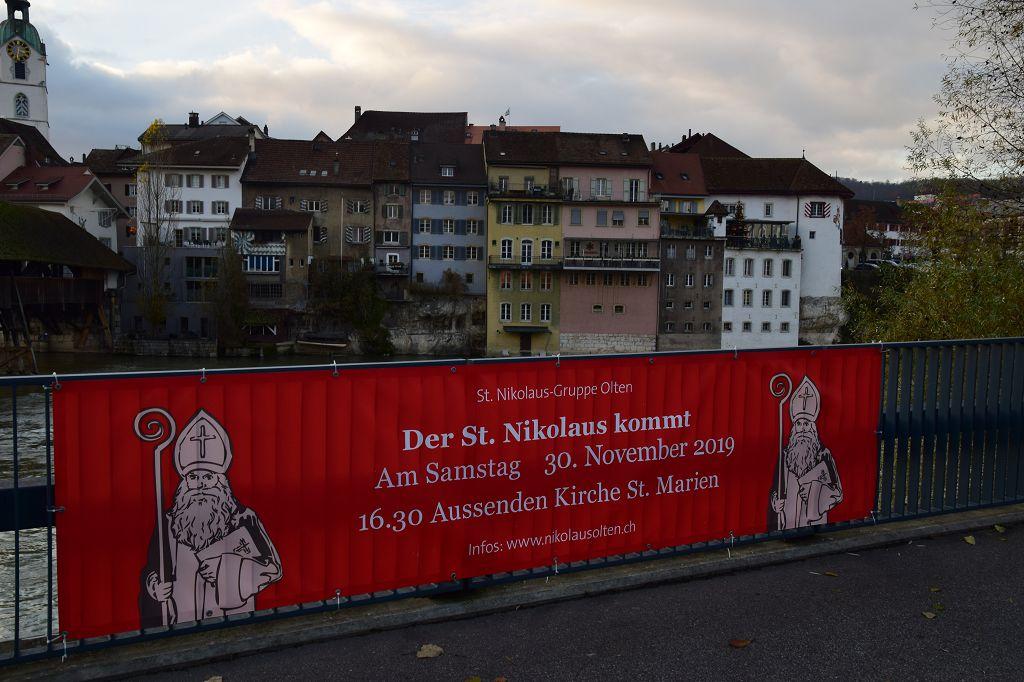 """Banner """"Der St. Nikolaus kommt"""" am Postplatz in Olten"""